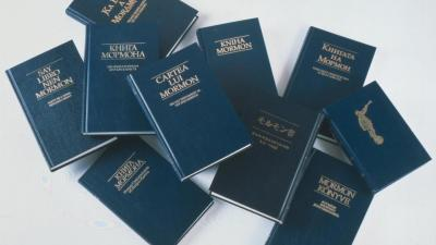 A haphazard pile of The Book of Mormon in different languages